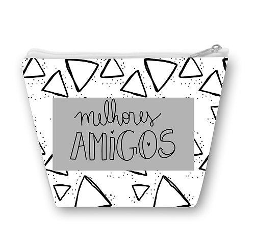 Necessaire branca com pequenos triângulos pretos e uma faixa cinza ao centro com a frase Melhores Amigos em letras decoradas