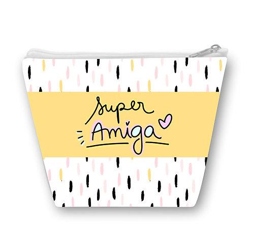 Necessaire Branca com riscos coloridos, uma faixa amarela ao centro com a frase Super Amiga em letras decoradas