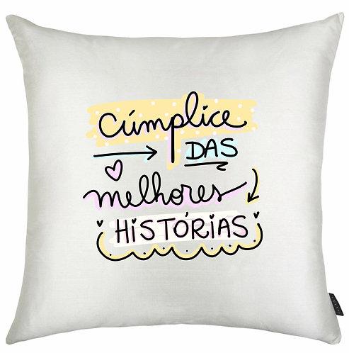 Almofada Quadrada branca com o texto Cúmplice das Melhores Histórias