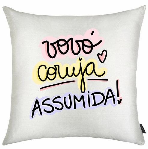 Almofada quadrada branca com a frase Vovó Coruja Assumida em letras decoradas e bordas coloridas