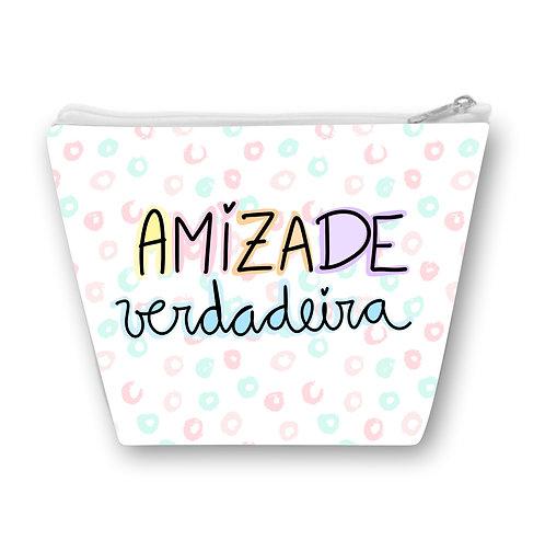 Necessaire com fundo de bolinhas azul e rosa e a frase Amizade Verdadeira em letras decoradas