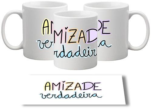 Caneca branca com o texto Amizade Verdadeira em letras decoradas no centro