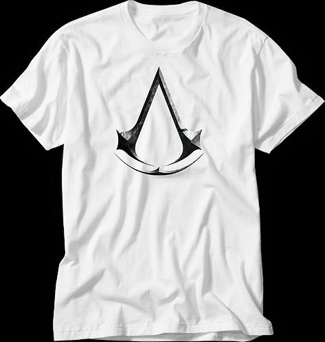 camiseta branca com o símbolo do jogo Assassins Creed em efeito metalizado ao centro