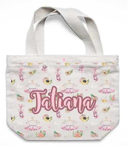 Ecobag branca, com desenho de saias tutu, sapatilhas e flores e o nome a ser personalizado ao centro em rosa