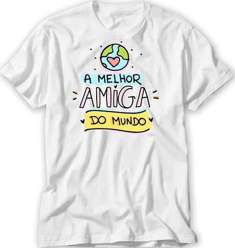 Camiseta Branca com o desenho de um globo terrestre e o texto A Melhor Amiga do Mundo