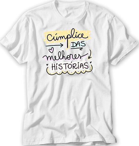 Camiseta Branca com o texto Cúmplice das Melhores Histórias em letras decorativas