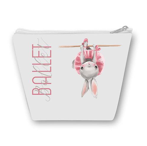 Necessaire com fundo cinza, a palavra ballet escrita no lado esquerdo e uma coelha vestida de baialarina e uma barra