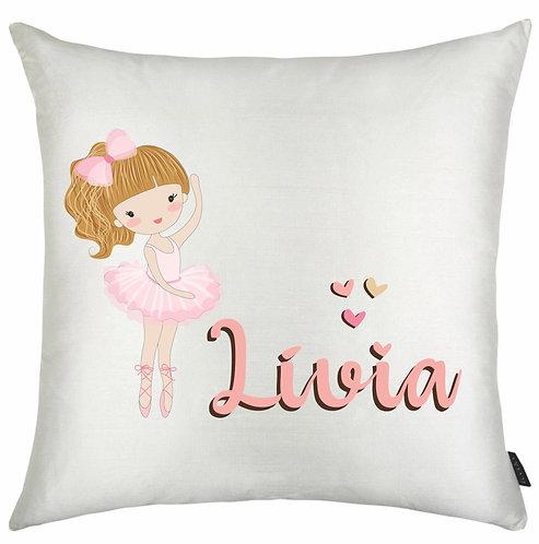 almofada quadrada branca, uma bailarina branca de cabelos alaranjados e o nome a ser personalizado em rosa