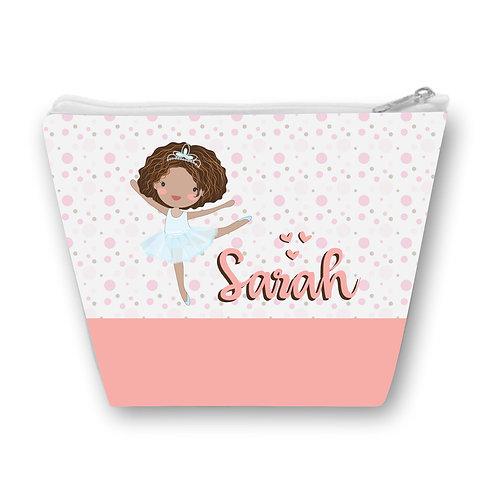Necessaire com fundo de bolinhas rosa, uma bailarina negra de cabelos soltos ao centro e o nome a ser personalizado