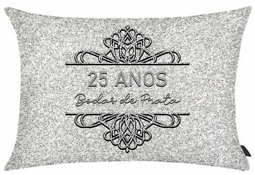 Almofada Retangular, fundo que imita textura de glitter prata e do texto 25 ANOS Bodas de Prata dentro de um ornamento