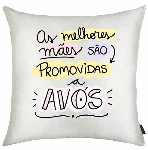 Almofada quadrada branca com a frase As Melhores Mães são promovidas a avós, em letras decoradas e borda colorida
