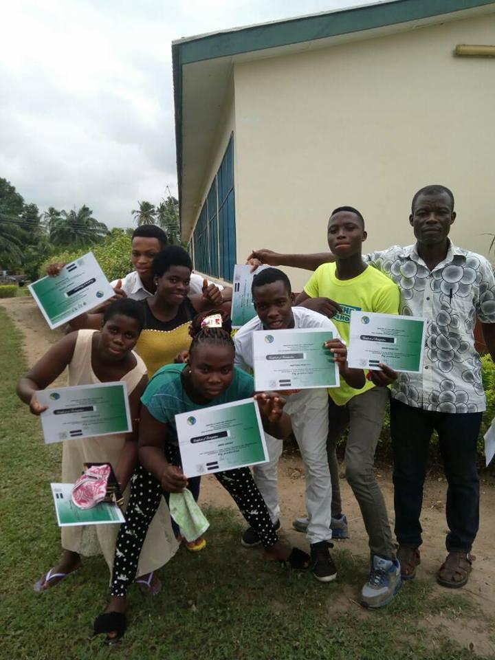 Stolze Schüler von VIECOTECH mit ihren Prüfungszertifikaten