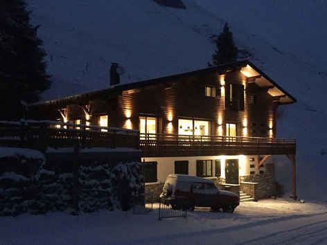 BamBam Chalet by night
