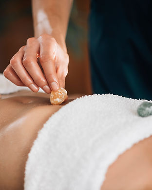 ayurvedic-practitioner-using-gemstones-a