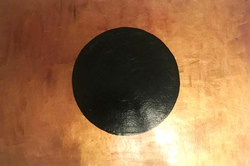Schwarzer Kreis auf goldenem Hintergrund