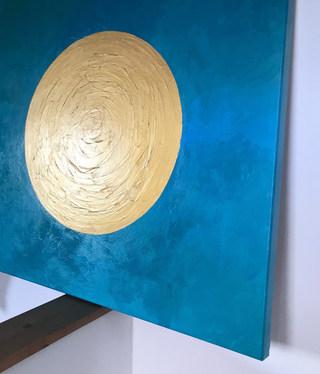 Goldener Kreis auf türkisem Hintergrund