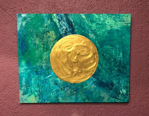 Goldener Kreis auf grünem Hintergrund