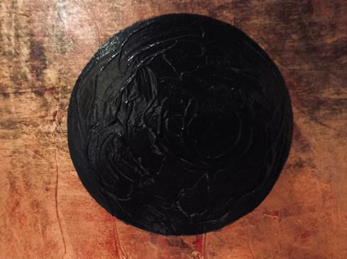 Schwarzer Kreis auf rot-violettem Hintergrund mit Goldlasur