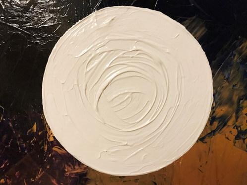 Weißer Kreis auf schwarz-tiefblau-goldenem Hintergrund