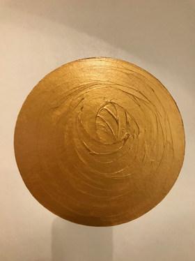Goldener Kreis auf Pappe