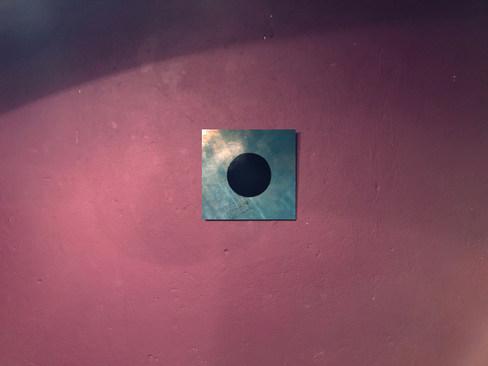 Dunkelblauer Kreis auf türkisgrünem Hintergrund mit subtiler Goldlasur
