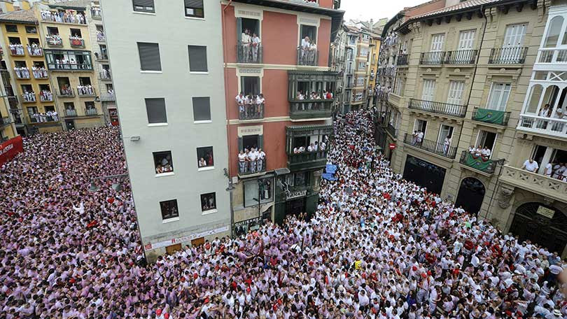 crowd-in-front-of-town-hall-of-pamplona-136391779072026916-140707163624.jpg