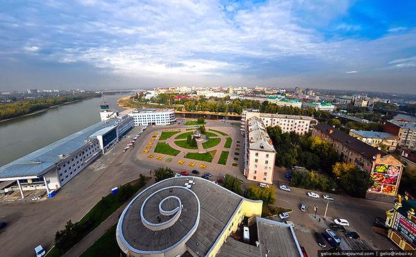 Панорама площади имени Бухгольца с окружающими зданиями