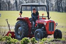 Den lille røde traktor på arbejde