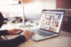 Frau möchte am Notebook Instagram Likes kaufen