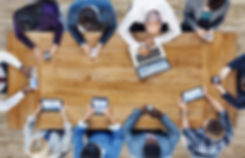 Geschäftsleut erkundigen sich über LikesAndMore via Touchscreens