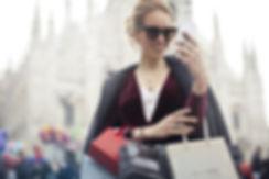 Frau lies auf Handy Instagram-Tricks