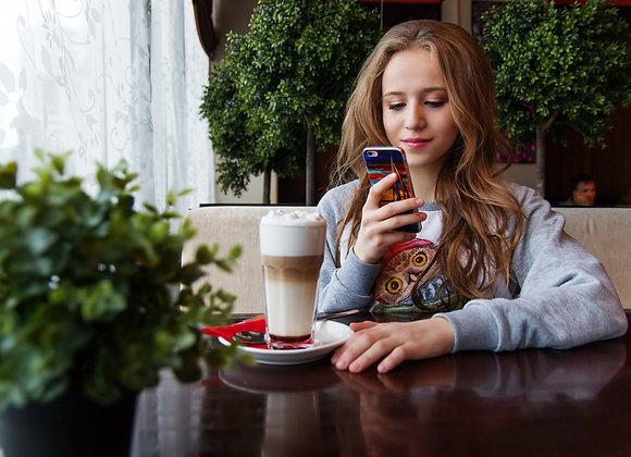 Junge Frau ist am Telegram Post Views Kaufen.