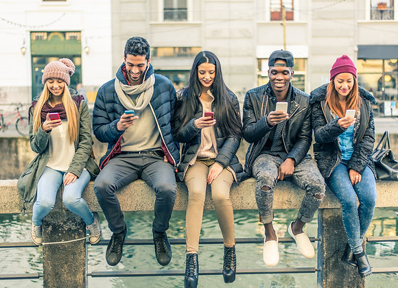 Jugendliche checken Instagram Impressionen kaufen auf ihrem Handy.