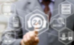 Mann kontaktiert LikesAndMore-Kundenservice am Touchscreens