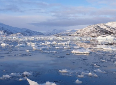Μέσα σε μόλις 24 ώρες η Γροιλανδία έχασε 2 δισ. τόνους πάγου