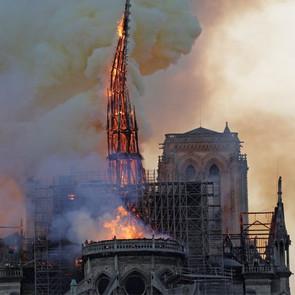 Παναγία των Παρισίων: Βραχυκύκλωμα σε ανελκυστήρες προκάλεσε τη φωτιά