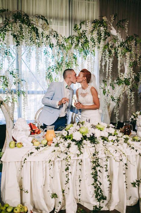Свадебная арка и розовые глицинии для свадьбы Дарьи и Алексея в Артиленде