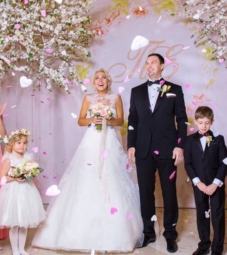 Белые деревья для свадьбы Елены Весниной в Крокусе