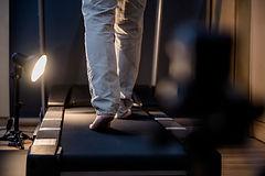 Laufband-Training mit einem Patienten bei Physiowalk in Hallein