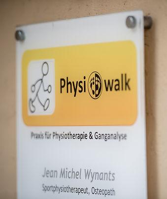 Türschild und Logo von Physiowalk in Hallein