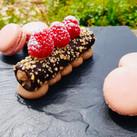 Tube chocolaté et macarons framboise