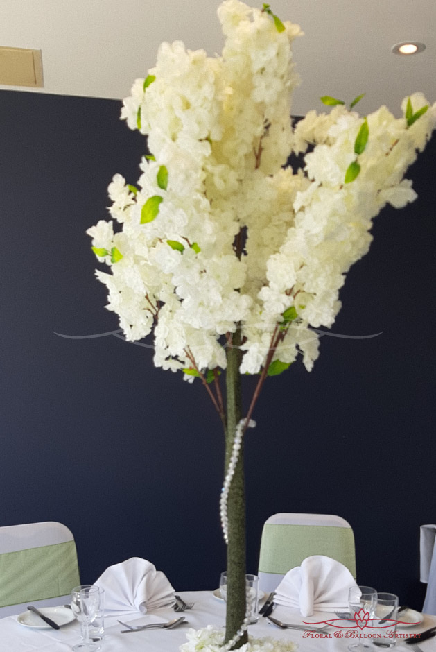 Table setting with white flowers