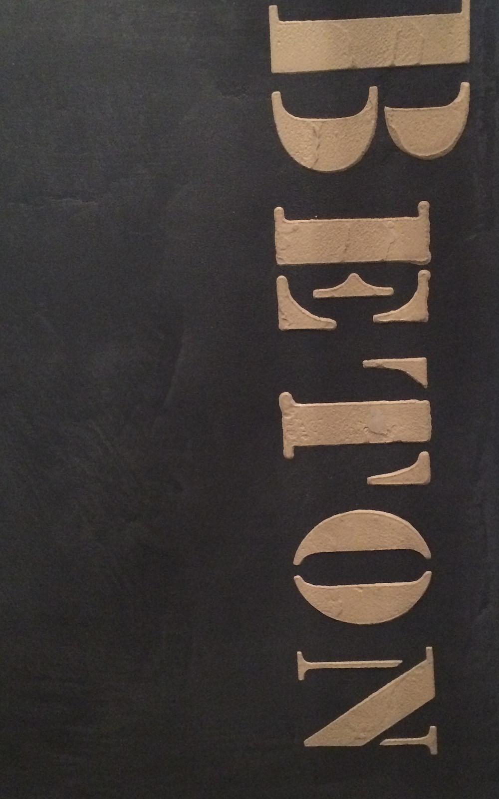 Panneau de démonstration en béton ciré avec pochoir