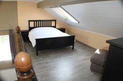 mezzanine met een dubbel bed