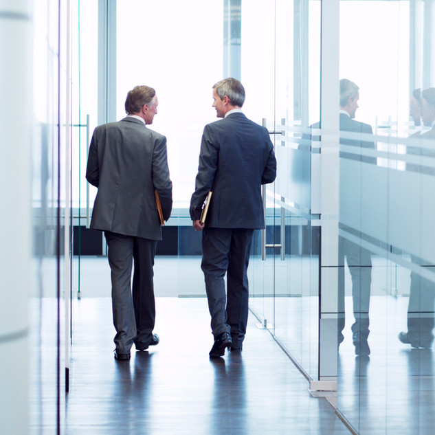 Zwei Männer in Office