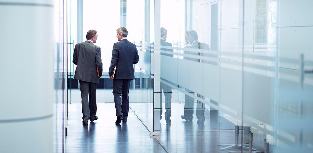 ผู้ชายสองคนในสำนักงาน