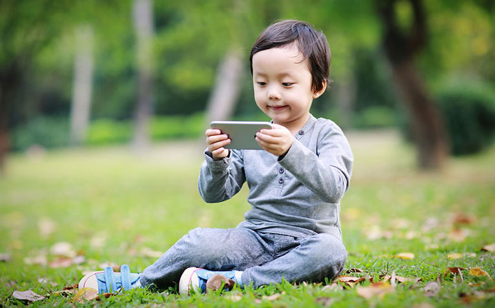 children-using-mobile-devices-can-it-cau