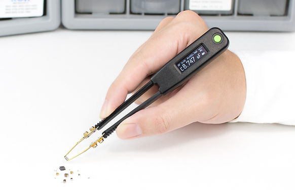 Smart Tweezers-style LCR meter LCR Elite2 measures SMD components.
