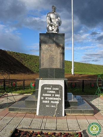 Памятник на братской могиле в деревне Рж