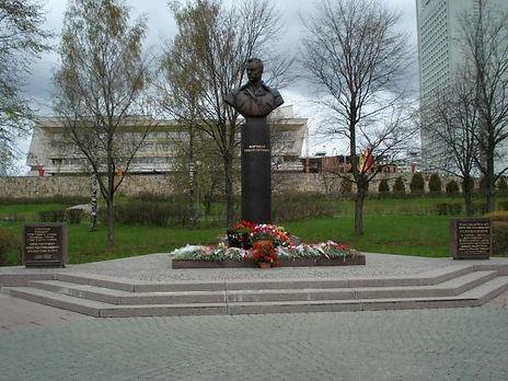 Памятник-Бюст Маршалу Рокосовскому.jpg